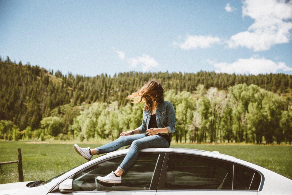 Frau und Carsharing-Auto