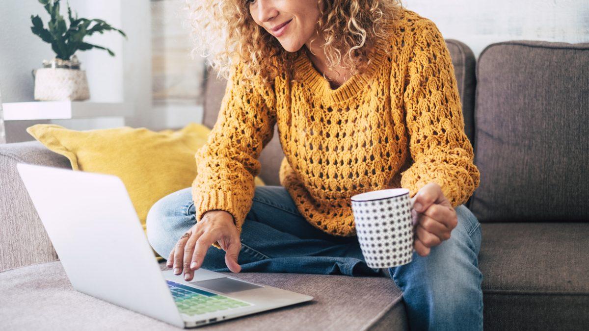 Homeoffice: Frau sitzt am Computer auf der Couch