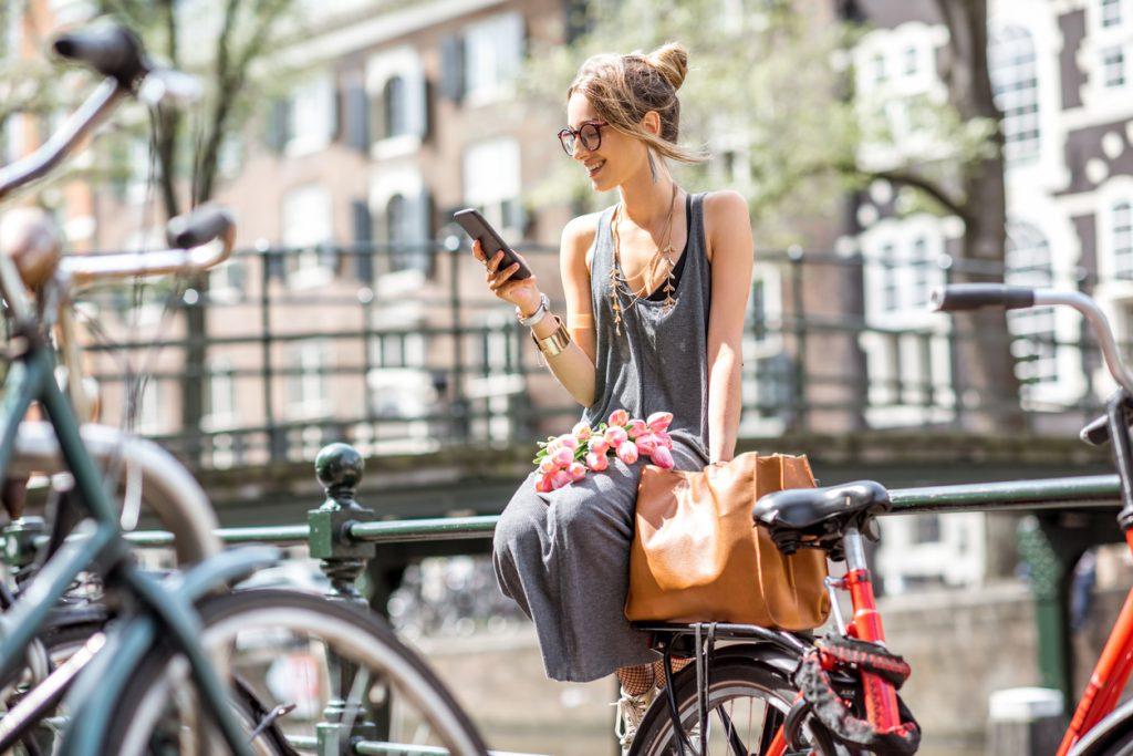 Frau am Handy in Amsterdam