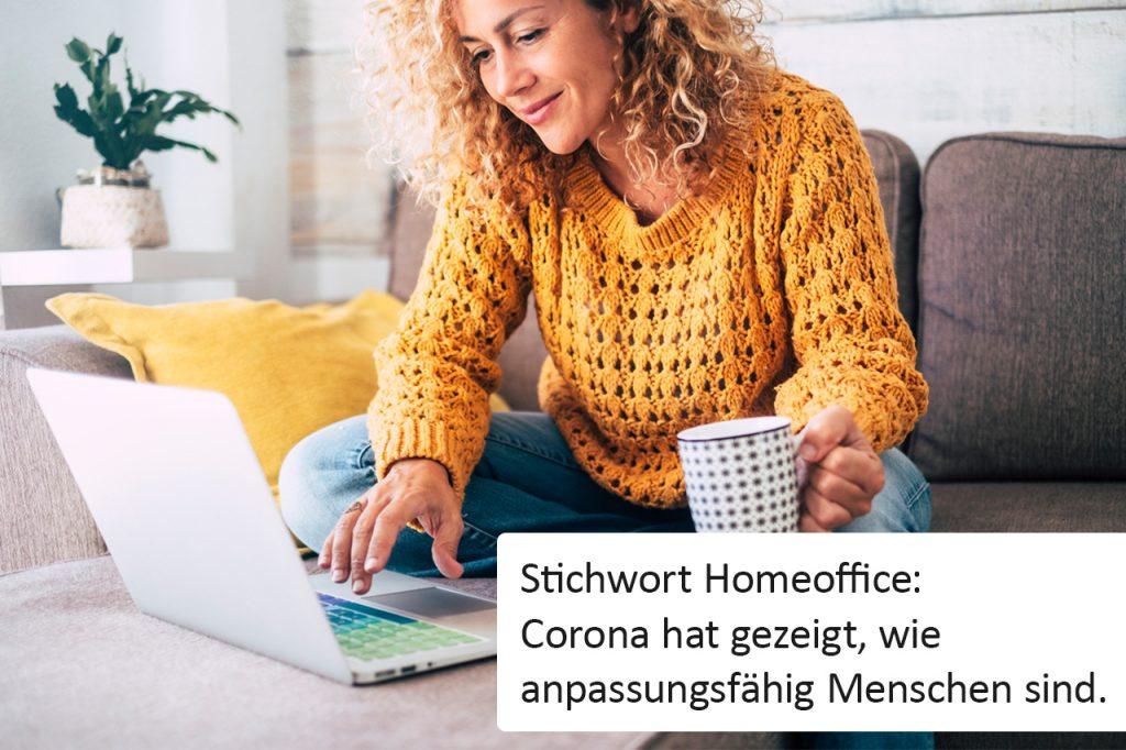 Homeoffice: Frau sitzt mit Laptop auf der Couch