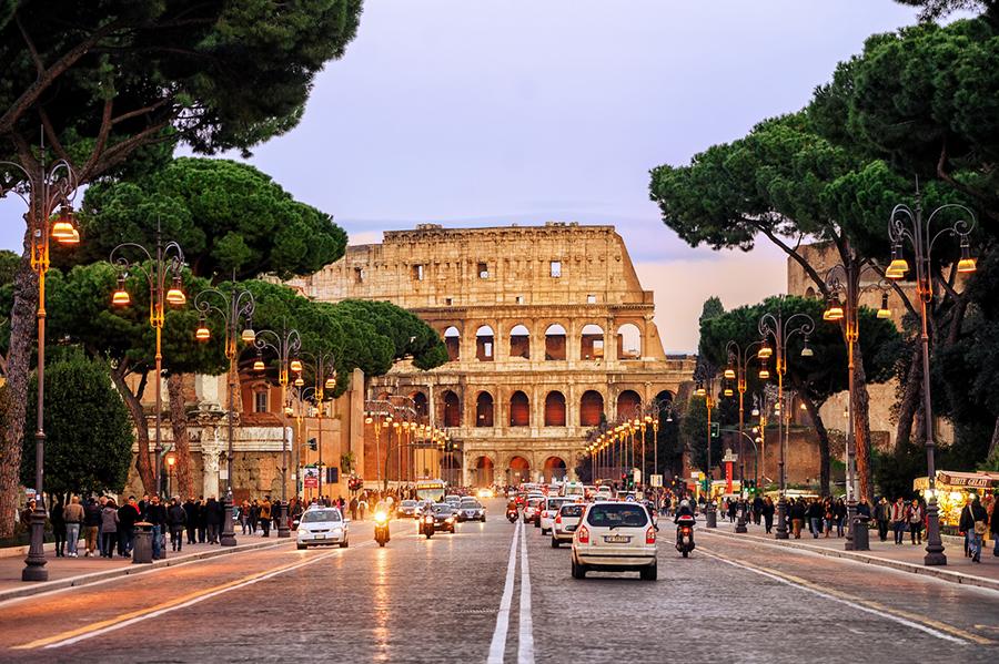 Straße vor dem Colosseum in Rome, Italien