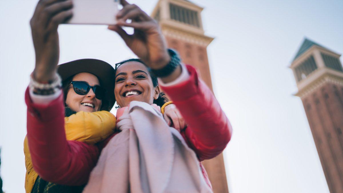 Zwei Freundinnen sind im Urlaub und machen ein gemeinsames Selfie