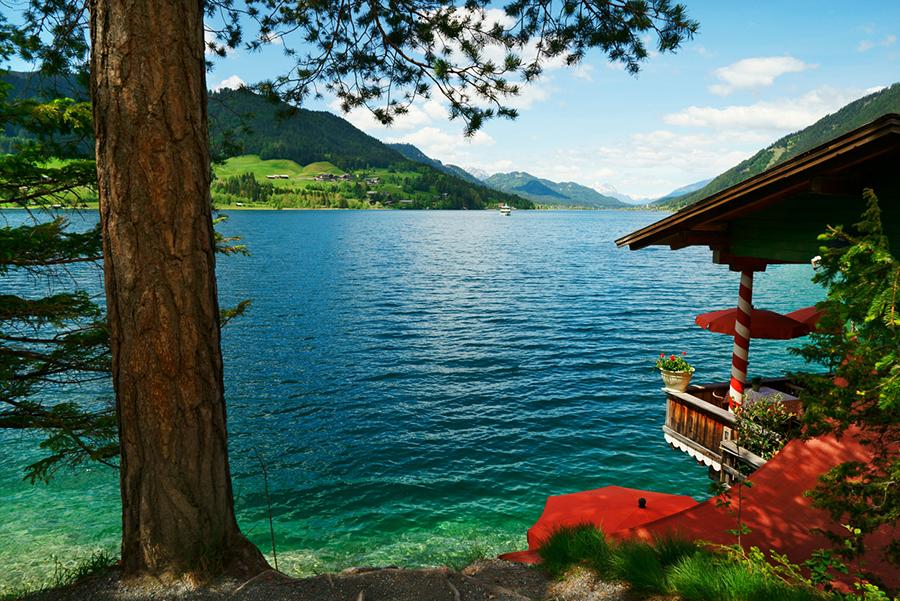 Schöne Aussicht direkt am Ufer eines türkis-blauen Sees.