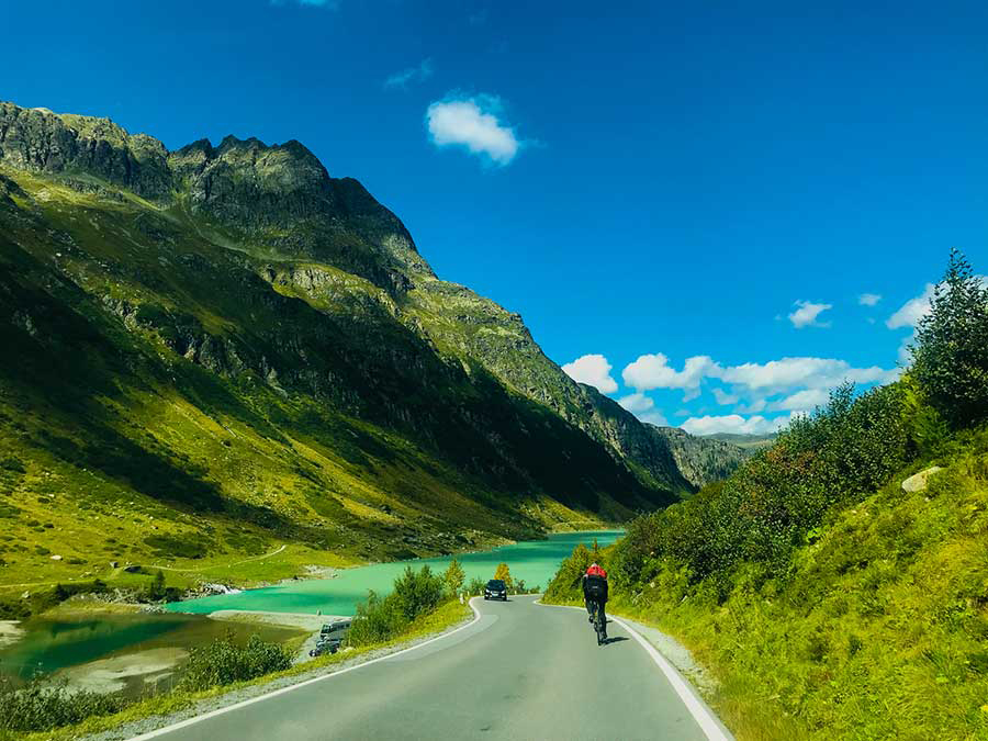 Alpenstraße, die sich durch die Berge schlängelt, der Himmel ist blau