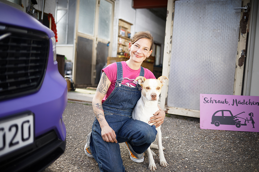 Kfz-Mechanikerin Anna und ihr Hund