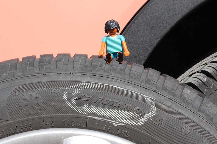 """Playmobilmännchen sitzt auf Autoreifen, das Wort """"Rotation"""" ist eingekreist"""