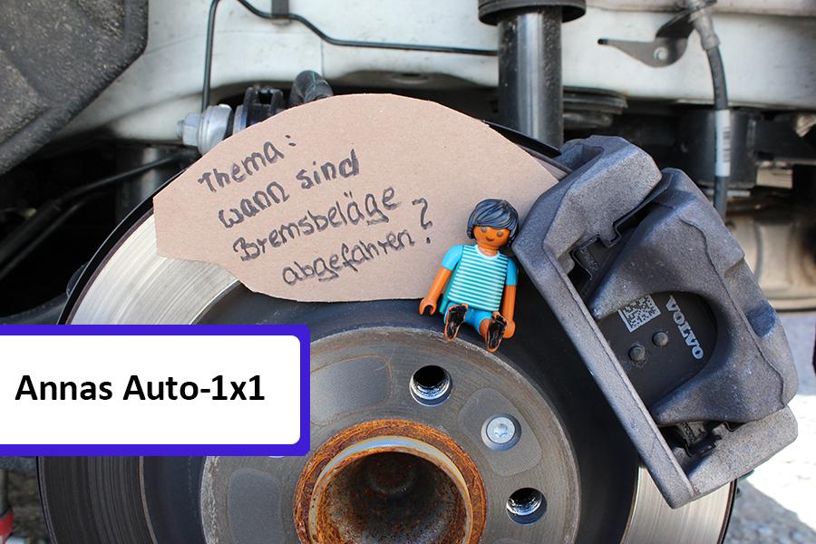 Playmobilmännchen sitzt auf einer Bremsschreibe neben Schild, auf dem steht